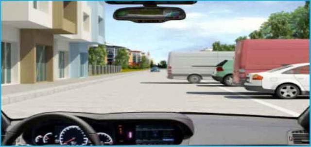 Câu hỏi 28: Bạn xử lý thế nào khi xe phía trước đang lùi khỏi nơi đỗ?