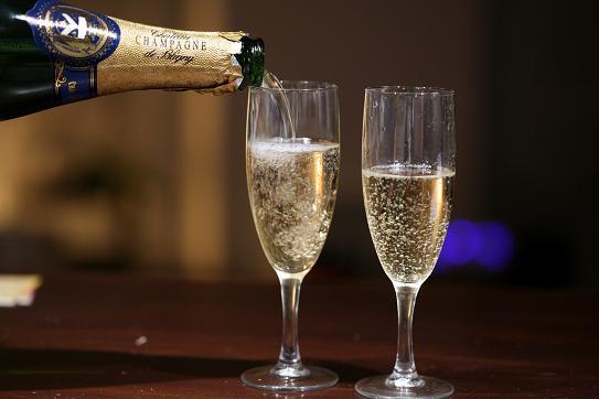 Những ly rượu vang được bảo quản tốt sẽ là niềm tự hào của chồng bạn mỗi khi có khách