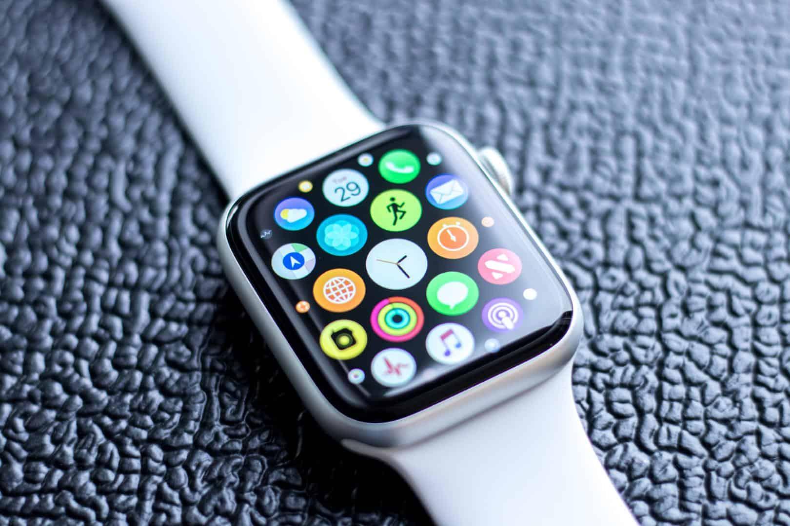 Với những chàng yêu thích công nghệ thì đồng hồ thông minh là gợi ý quà sinh nhật tuyệt vời cho chồng