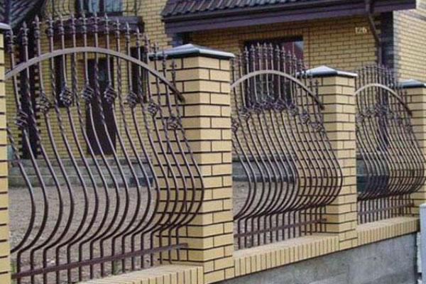 Hàng rào sắt kết hợp bê tông 1