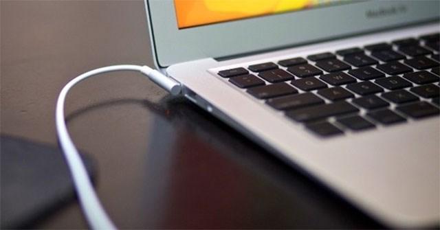 Cắm sạc laptop khi pin đã đầy có gây hại không?