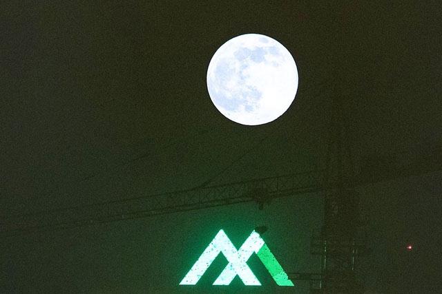 Hình ảnh Siêu trăng quan sát từ một công trường xây dựng tại Hà Nội.