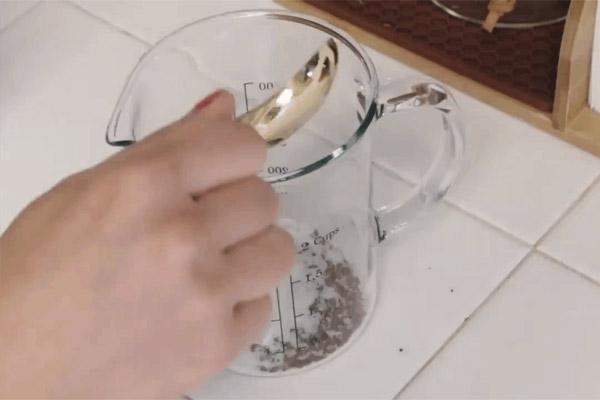 Cho 2 gói cafe hòa tan, 3 thìa đường vào bình