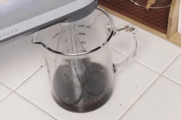 Cho 2 thìa nước sôi vào bình