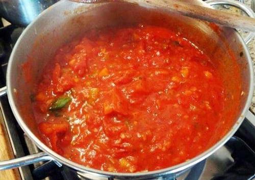 Làm sạch nồi bị cháy bằng nước sốt cà chua