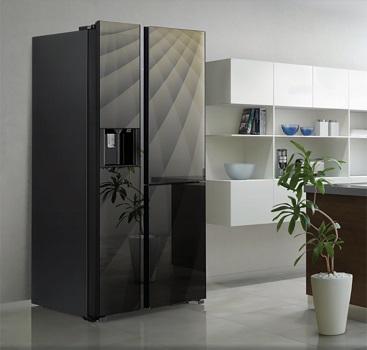 Tủ lạnh mặt kính, có hoa văn là điểm nhấn phá cách cho nhà bếp.