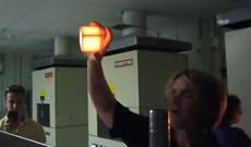 Cầm viên gạch nóng 1.200 độ C bằng tay không và bí mật thú vị đằng sau