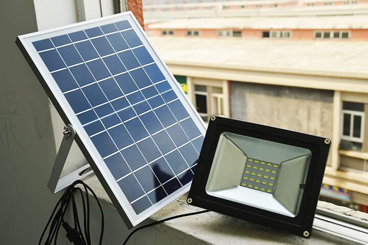 Đèn năng lượng mặt trời có thể tích điện vào pin để dùng khi trời tối
