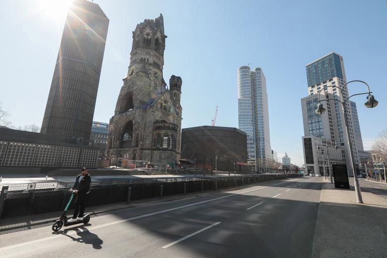 Một con đường vắng gần nhà thờ tưởng niệm Kaiser Wilhelm ở Berlin, Đức, ngày 25/3