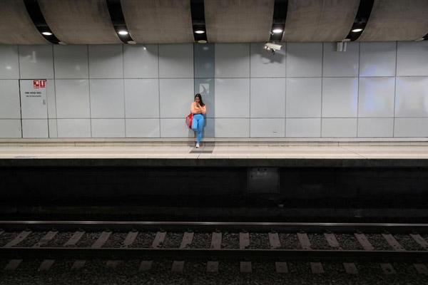 Trên sân ga trong giờ cao điểm buổi sáng ở Sydney, Australia, ngày 24/3.