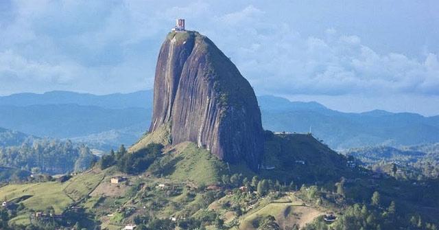 Guatape - Tảng đá nguyên khối cổ xưa 70 triệu năm tuổi, nặng 10 triệu tấn