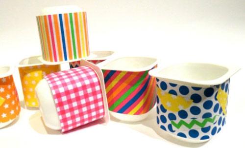 Sử dụng các loại giấy màu dán lên thân của hộp sữa chua để trang trí
