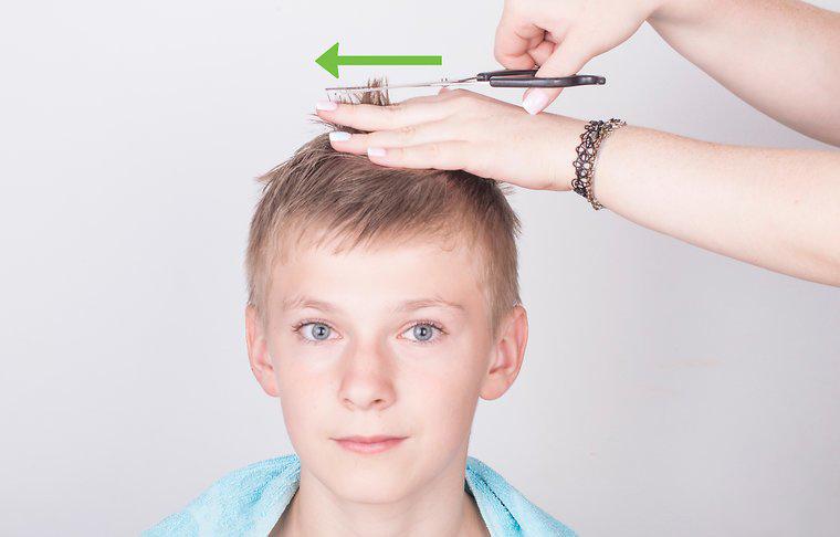 Dùng kéo cắt tỉa phần tóc dài cần cắt