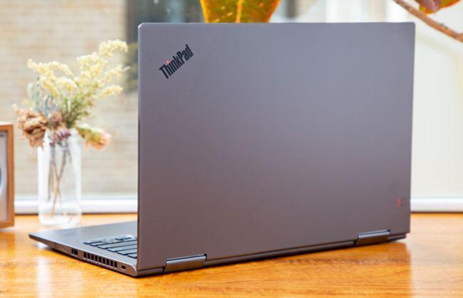 Logo ThinkPad được đặt trên nắp