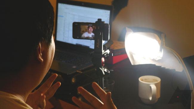 Bạn có thể sử dụng giá đỡ thiết bị và đèn để xuất hiện với hình ảnh đẹp hơn