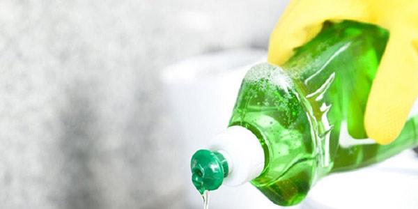 Làm sạch vết son môi bằng nước rửa chén
