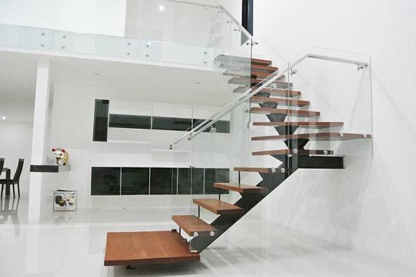 Cầu thang kính hiện đại cho tầng lửng