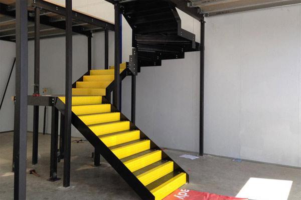 Cầu thang kim loại với uốn khúc ấn tượng