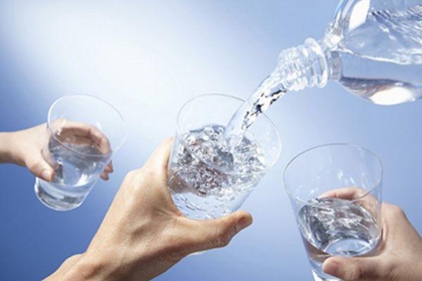 Uống đủ nước trong những ngày nắng nóng là rất quan trọng