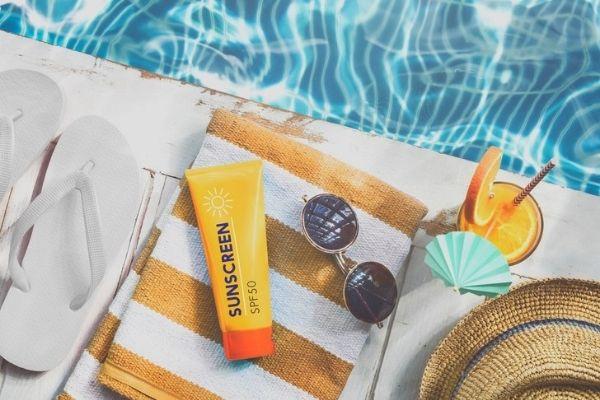 Bôi kem chống nắng hoặc dùng viên uống chống nắng là biện pháp hữu hiệu để bảo vệ da