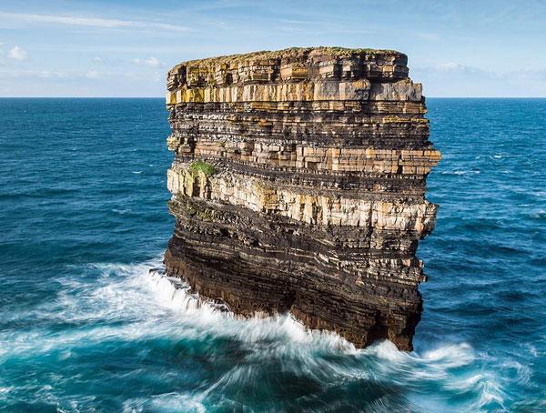 Mỏm đá giữa đại dương