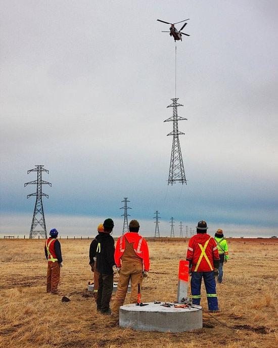 Đây là cách các công nhân lắp đặt những cột điện cao thế