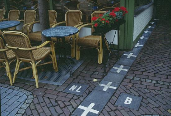 Đường biên giới giữa Hà Lan và Bỉ được đánh dấu bằng những chữ thập màu trắng