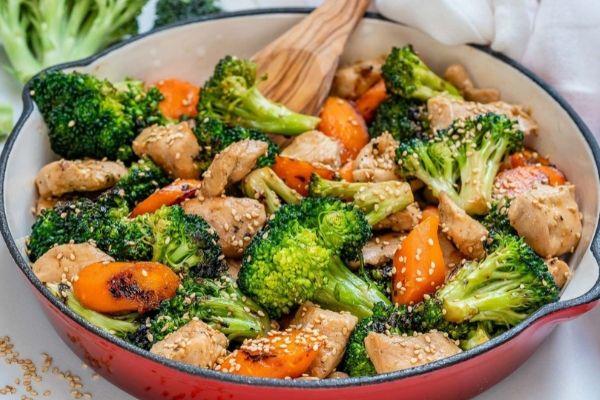 Thực đơn Eat Clean giảm cân vẫn phải đảm bảo đủ các thành phần dinh dưỡng như protein, chất béo, tinh bột, vitamin...
