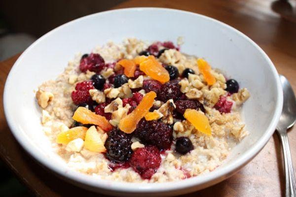 Tổng hợp thực đơn Eat Clean cho bữa sáng với yến mạch và hoa quả khô