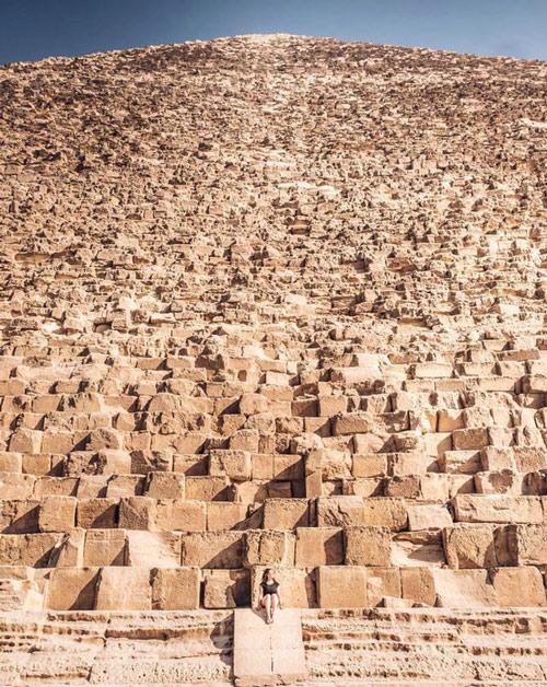 Con người thật nhỏ bé khi đứng cạnh kim tự tháp