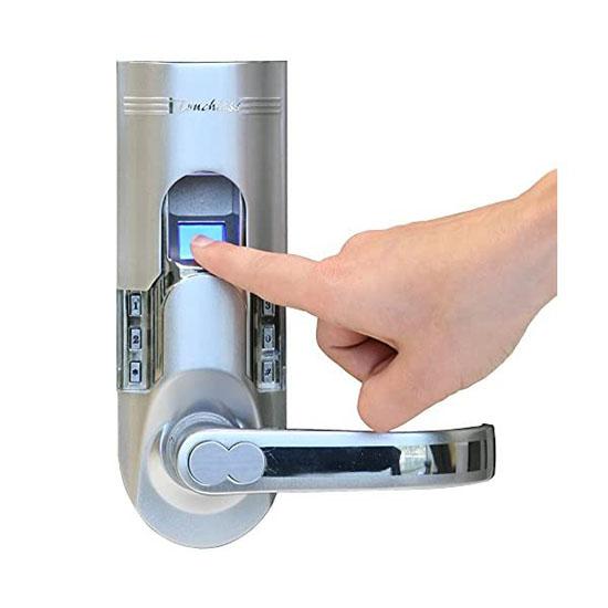 Đặt ngón tay đã đăng ký vào máy quét để cảm biến nhận diện vân tay