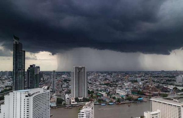 Hình ảnh đáng sợ này thường xuyên diễn ra trong mùa mưa ở Bangkok (Thái Lan) từ tháng 8 - 10 hàng năm