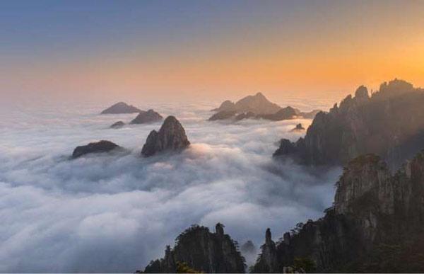 Những đám mây tầm thấp trắng xóa bao phủ các đỉnh núi ở Hoàng Sơn, Trung Quốc