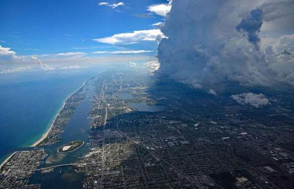 Cảnh tượng những cơn mây đen đang vần vũ trên bầu trời West Palm, Florida (Mỹ)