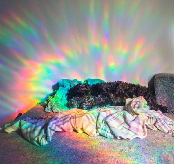 Sự phản chiếu ánh sáng qua tấm cửa kính