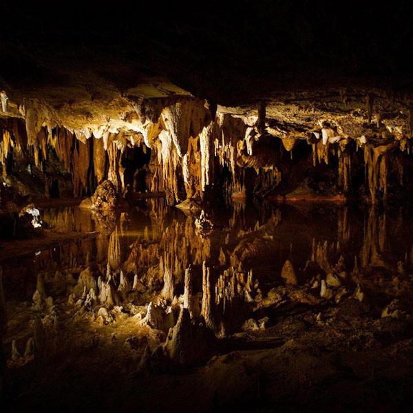 Khung cảnh ảo diệu trong hang động