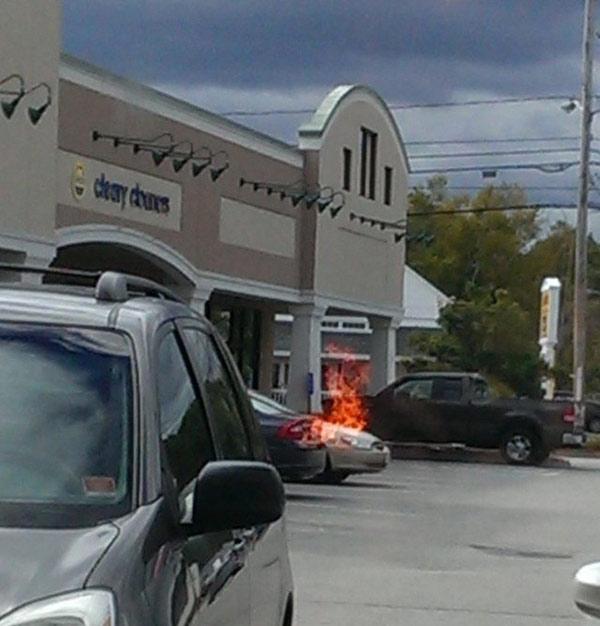 Sự phản chiếu của lò nướng bánh pizza qua cửa kính khiến nhiều người lầm tưởng chiếc xe hơi đậu bên ngoài đang bốc cháy