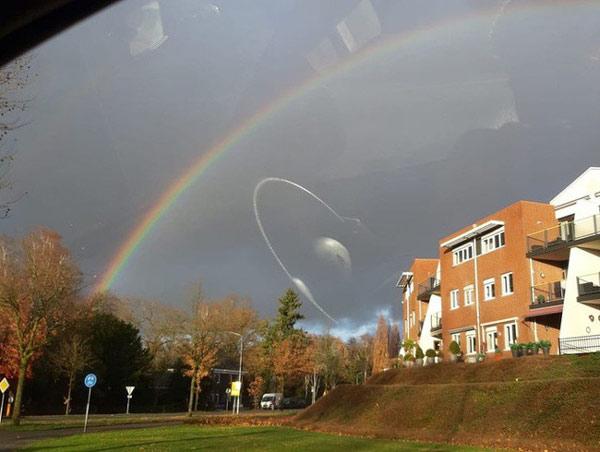 Đĩa bay trên bầu trời ư! Không đâu, đây chỉ là hình ảnh phản xạ của vô lăng qua tấm kính ô tô mà thôi