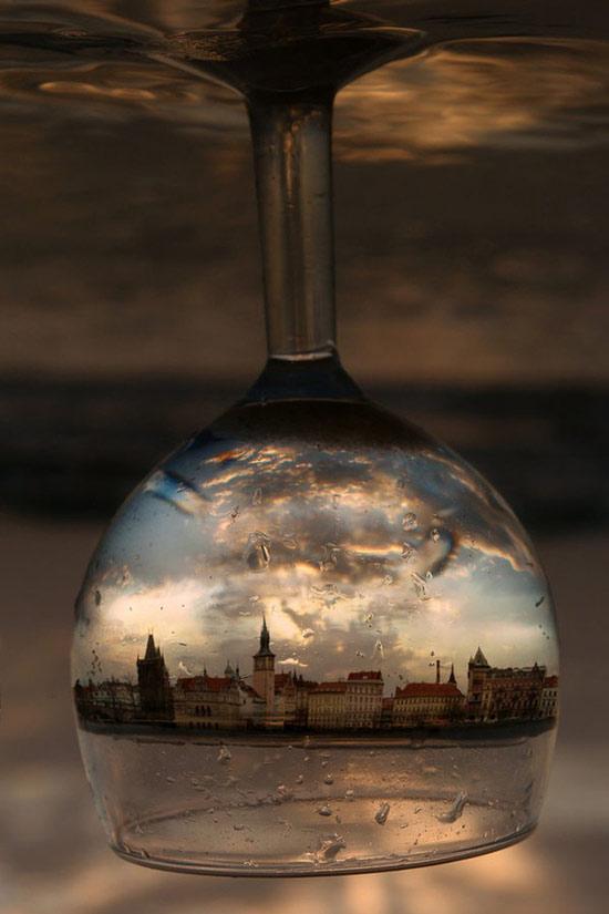 Một bức ảnh ấn tượng và ảo diệu ghi lại hình ảnh đường phố được phản chiếu qua ly thủy tinh