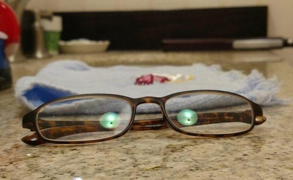 Chỉ là ánh đèn phản chiếu lại qua kính thôi mà