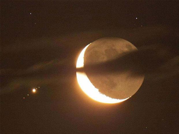 Hình ảnh hiếm gặp ghi lại cảnh tượng trăng lưỡi liềm hội ngộ sao Mộc và 4 mặt trăng vệ tinh vây quanh nó
