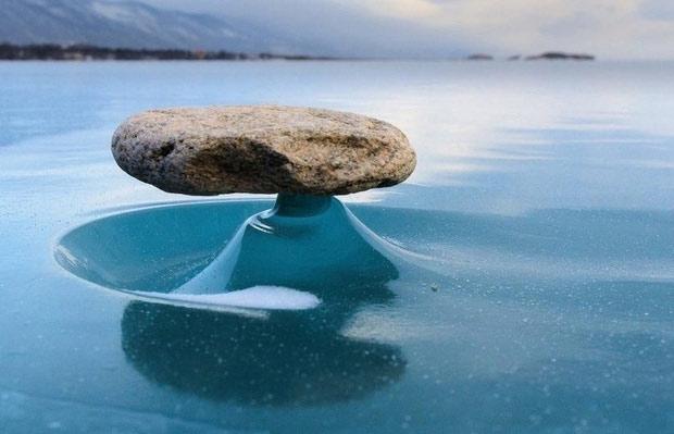 Khi ai đó ném hòn đá vào mặt nước rét căm của hồ Baikal