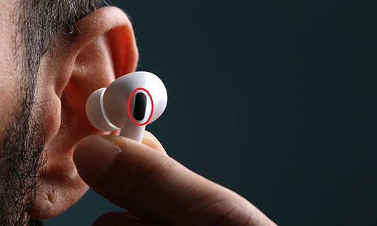Tấm lưới đen tiếp xúc với tai