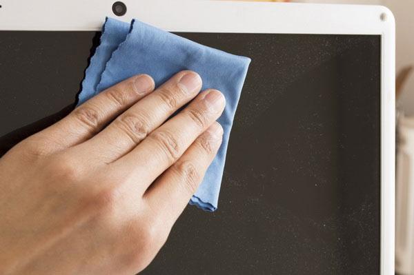 Tắt Chromebook và làm sạch hoàn toàn màn hình bằng vải không có xơ