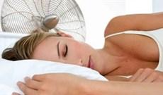 Bật quạt khi ngủ: Lợi và hại như thế nào?