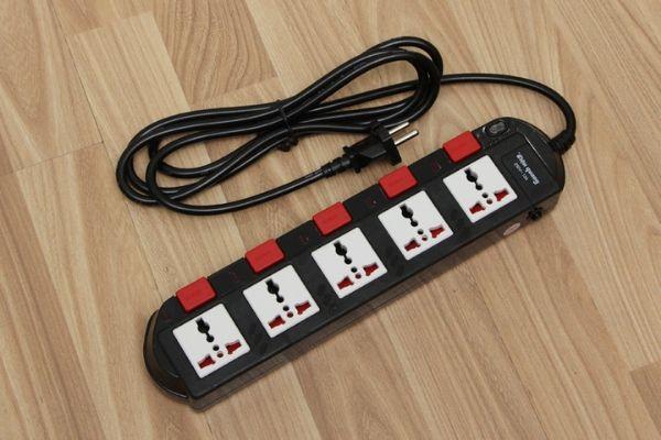 Ổ cắm điện 3 chấu thường có 3 lỗ cắm, trong khi ổ cắm điện 2 chấu chỉ có 2 lỗ