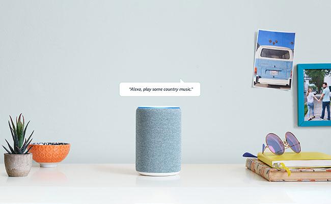 Amazon Echo trông giống như một loa Bluetooth hình trụ