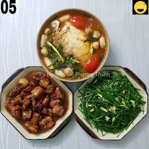 Sườn kho nước dừa, canh ngót cá he (hoặc cá diêu hồng), bông hẹ xào.