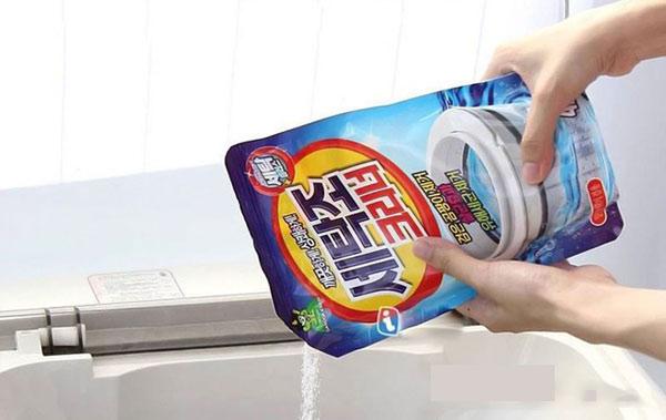 Đổ toàn bộ gói vệ sinh máy giặt