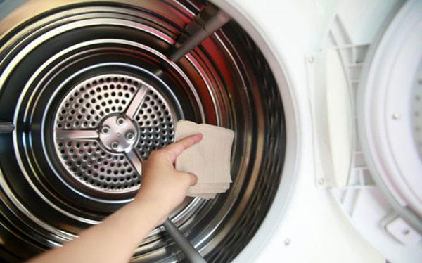 Dùng khăn lau lại máy giặt